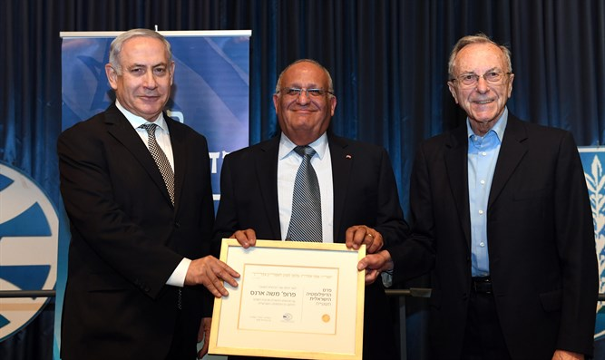 Netanyahu awards Public Diplomacy Prize to Moshe Arens (R)
