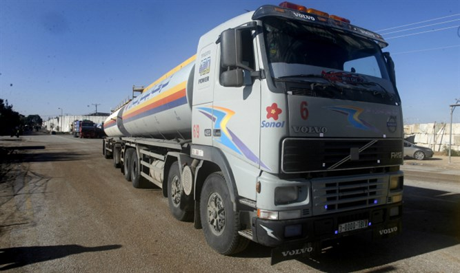Truck carrying fuel arrives in Gaza through the Kerem Shalom crossing