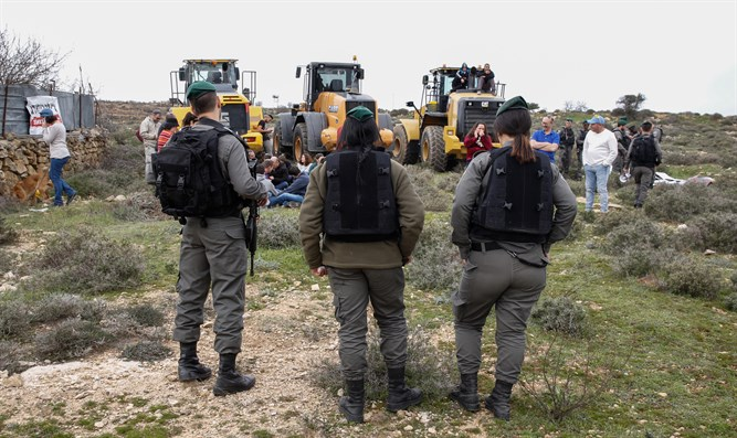 Civil Administration and Border Policemen arrive with tractors to demolish Netiv HaAvot