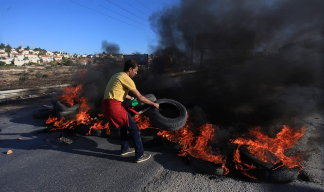 Palestinian Arabs burn tires