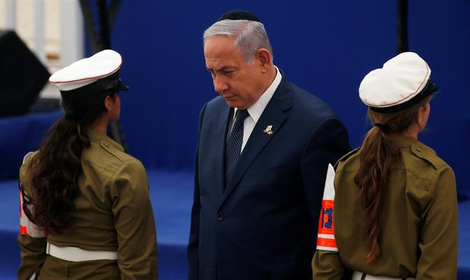 Netanyahu stands next to Israeli soldiers during ceremony marking Memorial Day