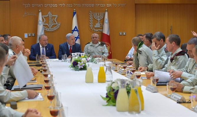 Netanyahu and Lieberman raise a toast with the General Staff forum