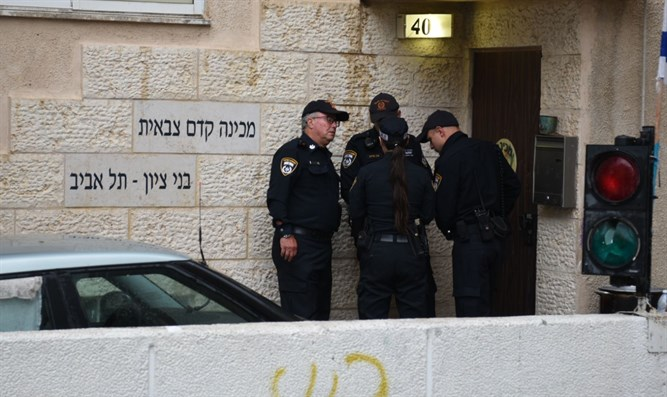 Police officers at entrance to Bnei Tzion academy
