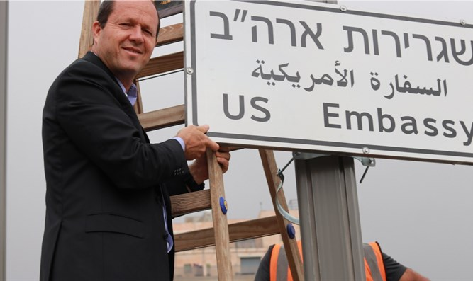 Nir Barkat puts up sign directing visitors to the US Embassy