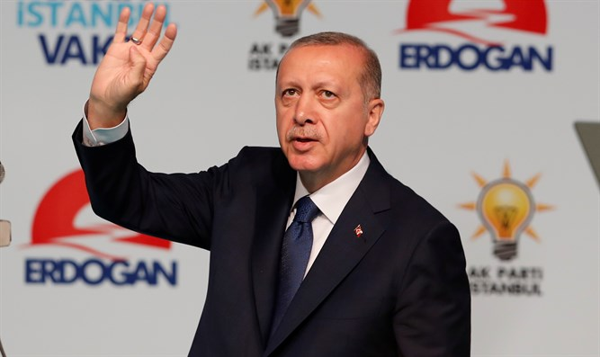 Recep Tayyip Erdogan uses the Rabia sign
