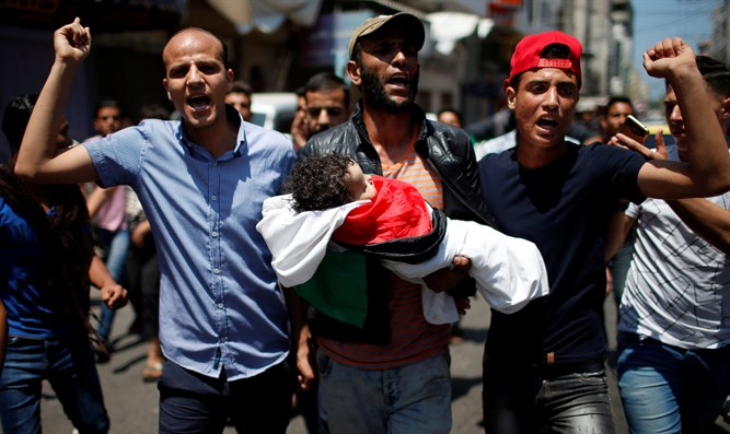 Rioters carry body of Arab baby Laila al-Ghandour