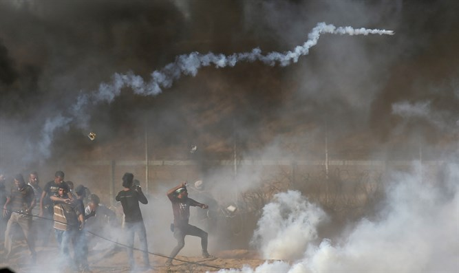 Arabs hurl rocks at Israeli troops on Israel-Gaza border