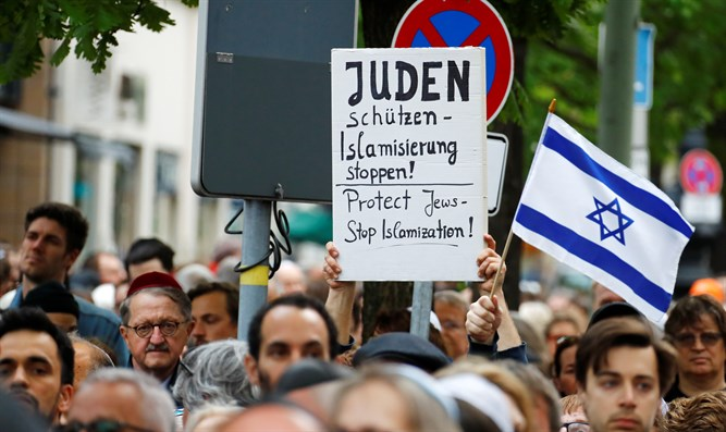 Demonstration in Berlin after attacks on local Jews