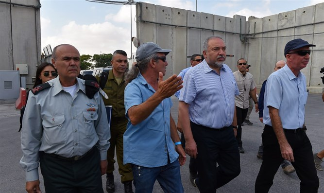 Liberman at the Kerem Shalom Crossing