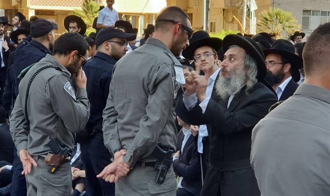 Police and haredim face off (illustration)