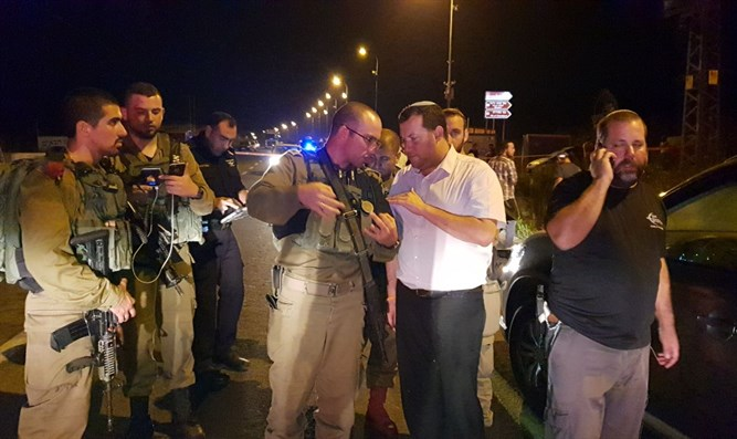 Yossi Dagan and IDF soldiers at the scene of the attack