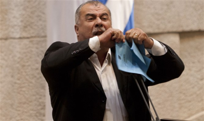 Mohammad Barakeh tears proposed bill in Knesset plenum