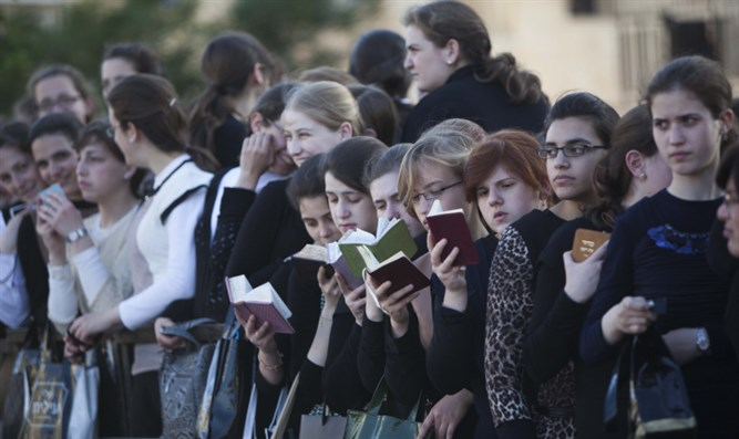 Hasidic women and girls recite Psalms