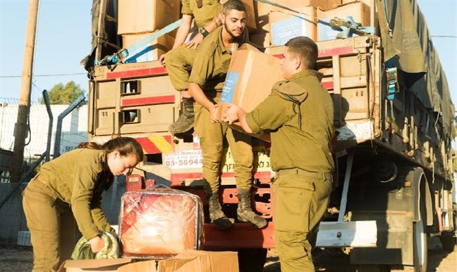 IDF soldiers deliver goods to Syrian refugees