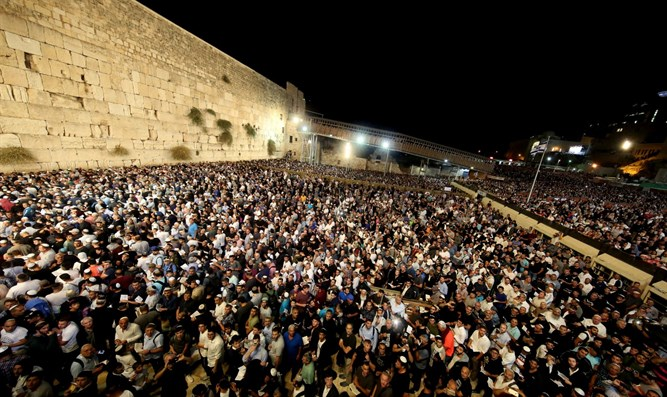 Thousands attend selichot at Western Wall