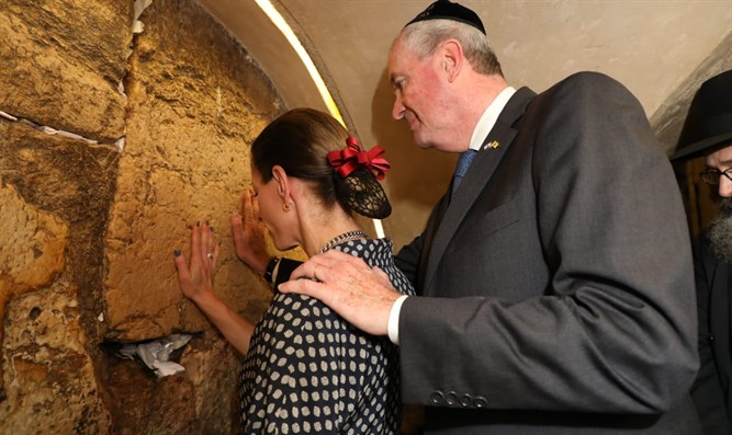 Mur[hy and his wife in Kotel tunnels