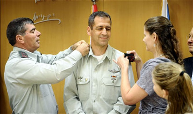 Kochavi receives ranks from his wife and Lt.-Gen. Ashke