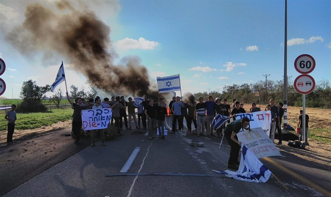Neveh yeshiva students block Kerem Shalom