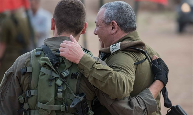 Chief of the General Staff meeting his son during the Commando Brigade exercise