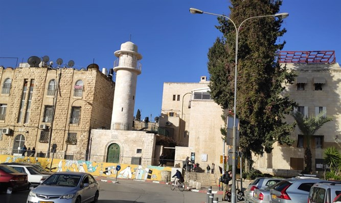The mosque at the entrance to the Jewish Quarter