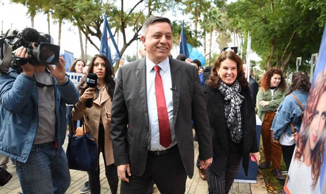 Labor chief Gabbay and his wife vote in Monday's primaries