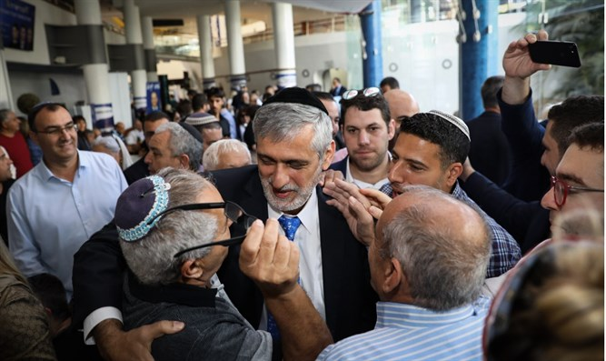 Eli Yishai among enthusiastic supporters