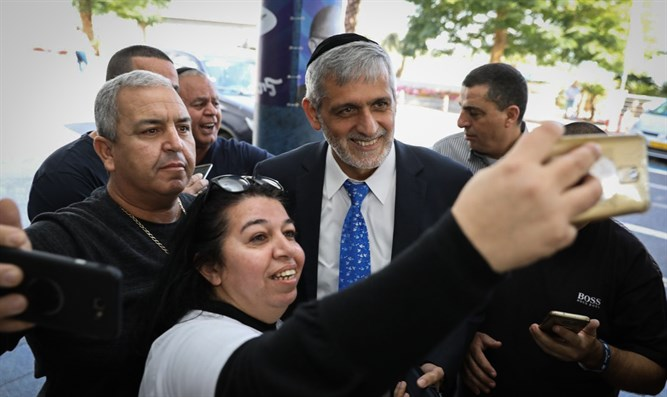 Eli Yishai with enthusiastic supporters