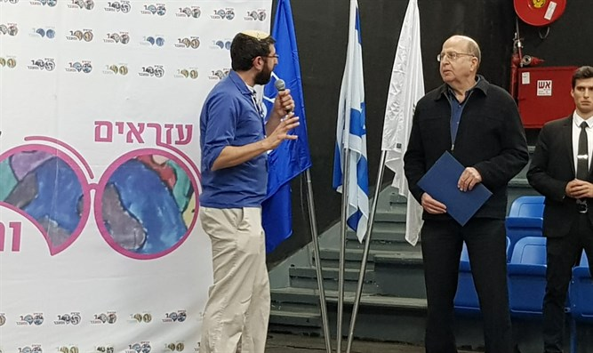 Ya'alon with the head of the Ezra Youth Movement