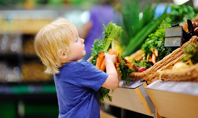 Child with healthy food (illustrative)