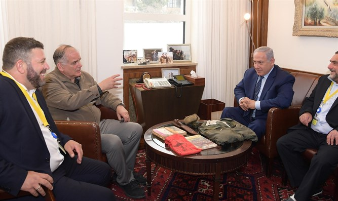 The Netanyahu brothers receive personal effects of Yoni Netanyahu