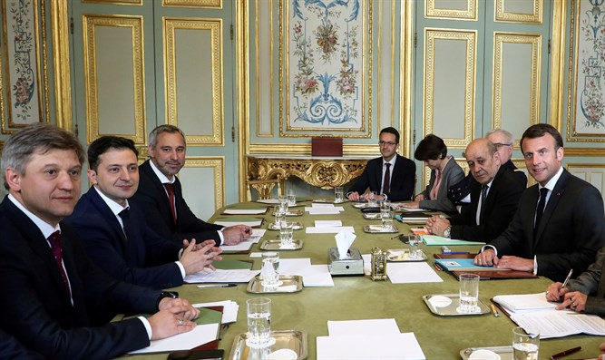 Volodymyr Zelensky (2nd from left) meets with French President Emmanuel Macron (