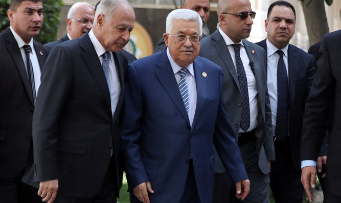 Mahmoud Abbas (center) arrives in Egypt