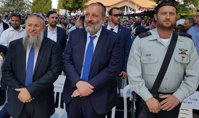 Shlomo Ne'eman (l) and Aryeh Deri (c) at Gush Etzion memorial event