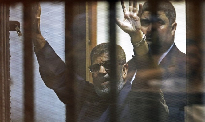 Morsi greets supporters after receiving court verdict