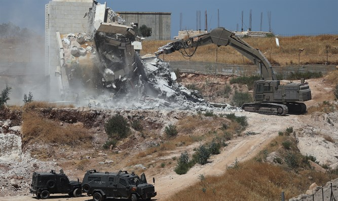 Israeli forces demolish illegal Arab apartment buildings in Sur Baher, Jerusalem