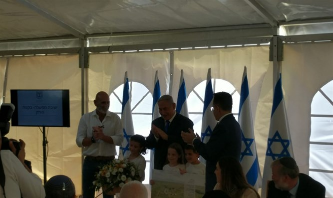 Children of Mevo'ot Yericho with Netanyahu