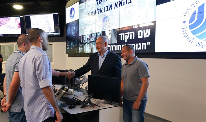 Netanyahu and Argaman at operations center