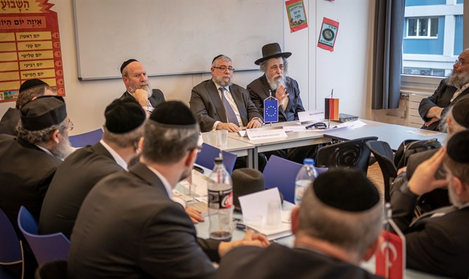Rabbi Schapira briefs rabbis on situation