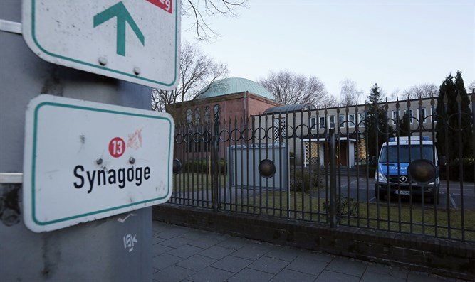 Police guard synagogue in Germany