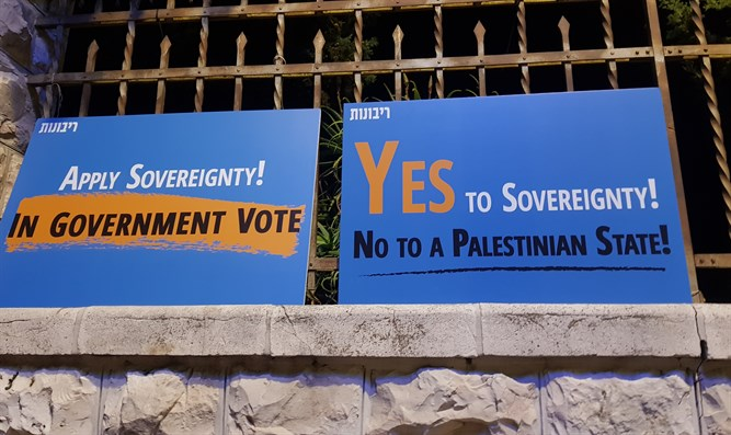 Yes to sovereignty, no to Palestinian state vigil outside Netanyahu's residence
