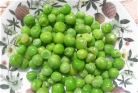 A bright dish of fresh peas adds color to the