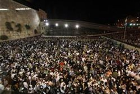 crowd at the Kotel