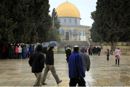 Arab children harass Jews on Temple Mount