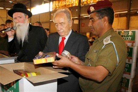 Rabbi Grossman, President Peres, soldiers and