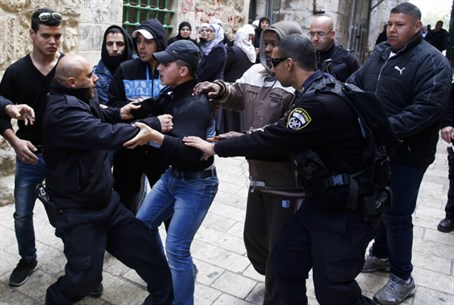 Police face Arab activists by Temple Mount