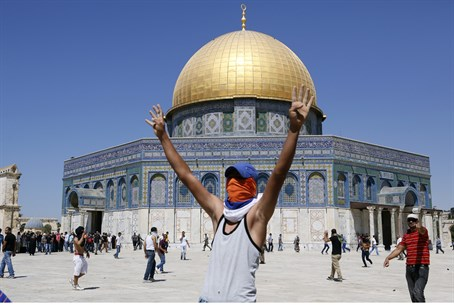 Arab rioters on the Temple Mount (archive)