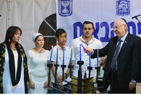 Reuven Rivlin lights candles in Nitzan