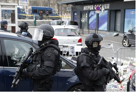French police outside the Hyper Cacher store