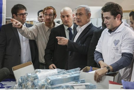 Yehuda Glick with Binyamin Netanyahu at a recent campaign event in Samaria