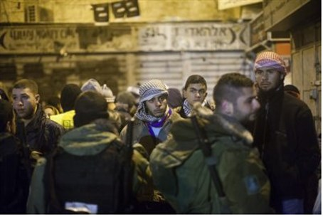 Border Police face Arabs in Jerusalem. (fil)